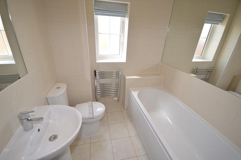 Main bathroom House to rent in West Wittering