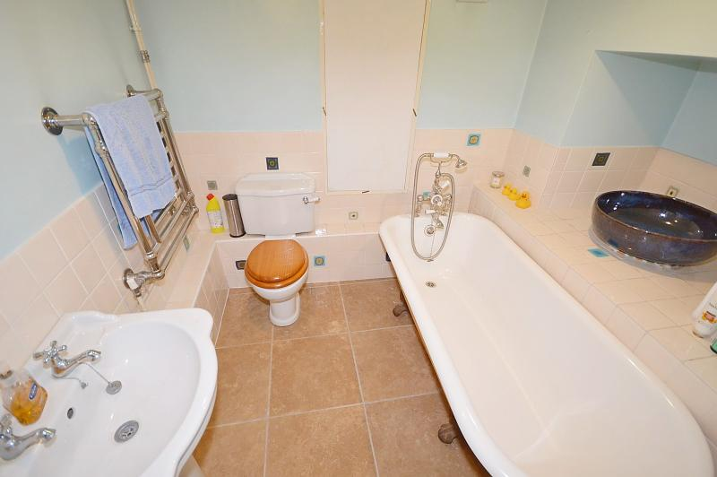 Basement Bathroom House to rent in Chichester City Centre