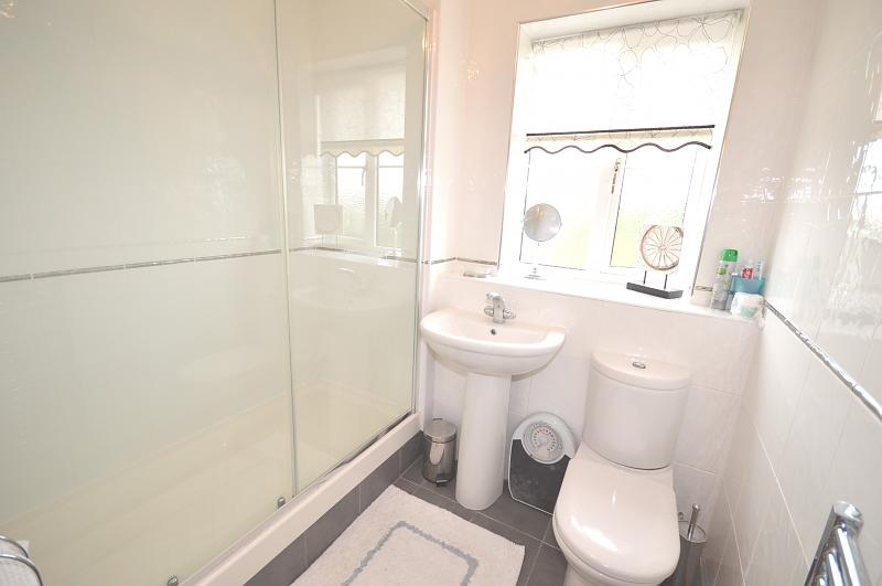 Flat to rent in Bracklesham Bay - Shower Room