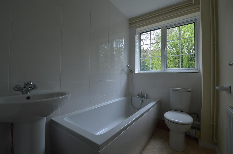 Bathroom property to let in Haslemere