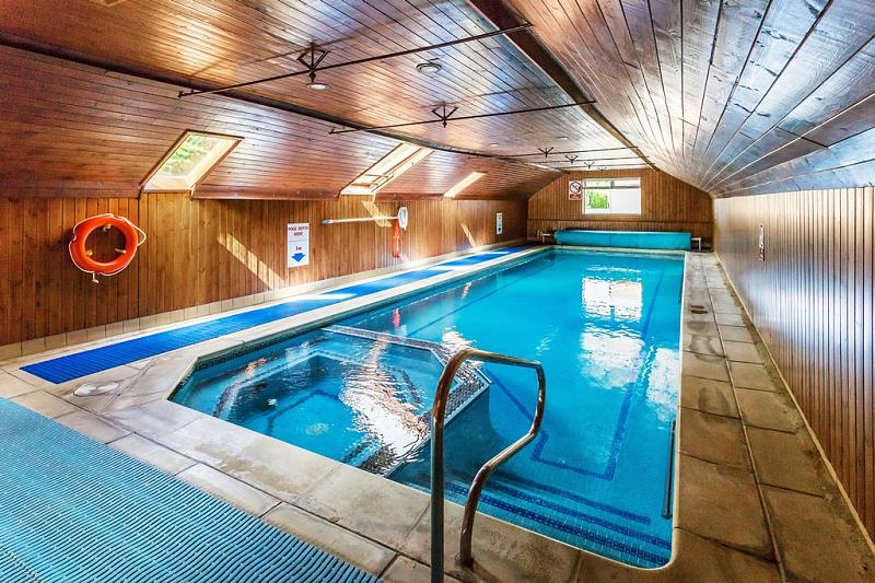 Swimming pool property to rent in Haslemere