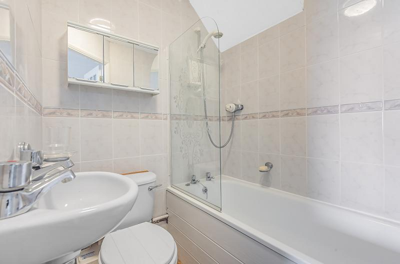 en suite bath to bed 1