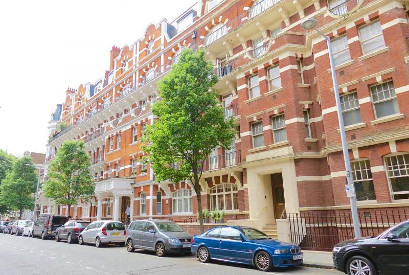 B Drayton Court,  Drayton Gardens,  Chelsea,  SW10 9RQ.